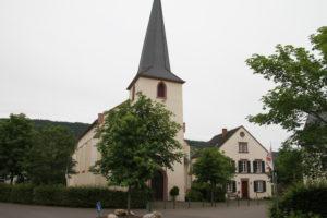 21. Kirche mit ehem.Pfarrhaus